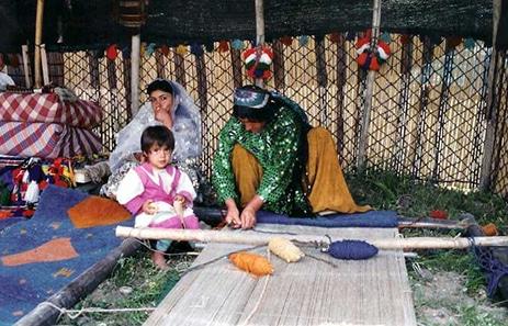 tessitrice quashqai intenta nella realizzazione di un tappeto