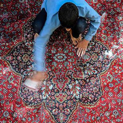 pulizia di un tappeto per le celebrazioni del capodanno iraniano